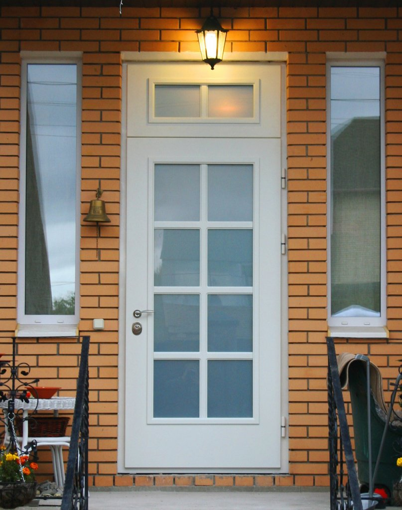 входная дверь для частного дома со стеклопакетом
